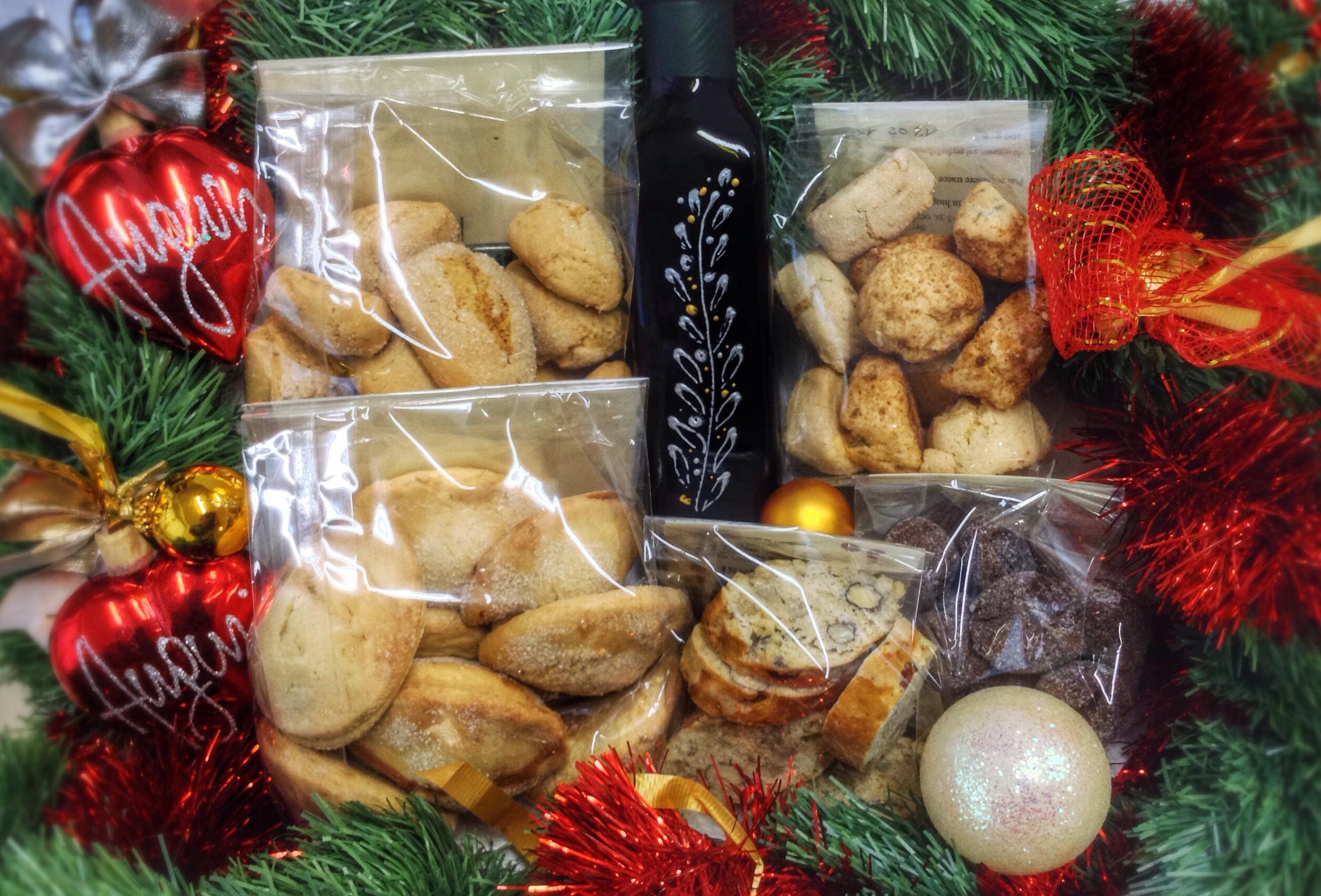 confezione  di Natale con dolci e olio biologico